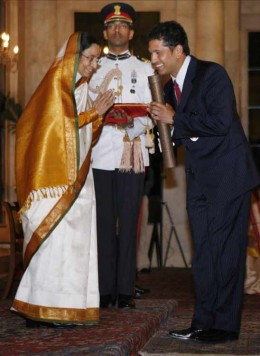 Sachin collecting Padma Vibushan award from Inian President Prathiba Patil
