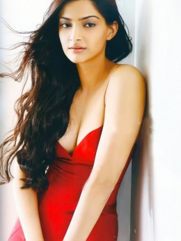 indian-desi-bollywood-hot-sexy-heroine-actress-hindi-celebrity-actress-sonam-kapoor-cleavage-boobs-revealing-exposing-flaunting-show