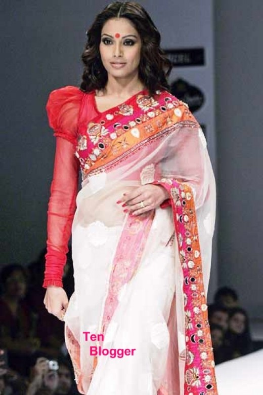 Bipasha Basu on ramp shows the Bengali style of Saree.