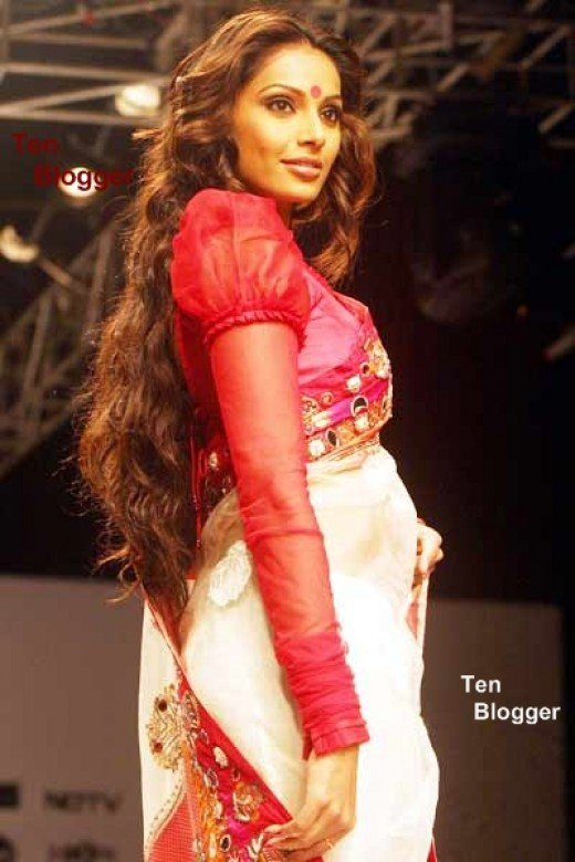 Here Bipasha Basu on ramp shows the Bengali style of Saree.