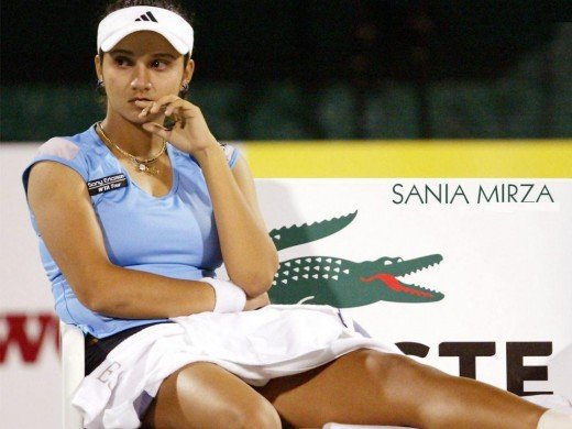sania mirza covering  her thighs with a towel thinking about the game