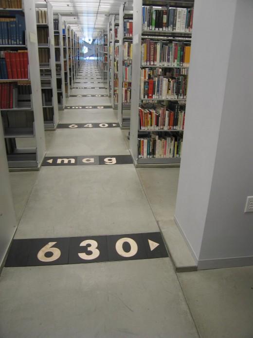 La biblioteca central de Seatle con el código Dewey para localizar las estanterías