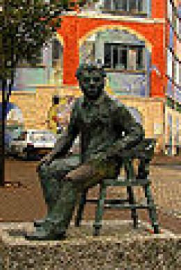 A statue of Dylan Thomas in Swansea