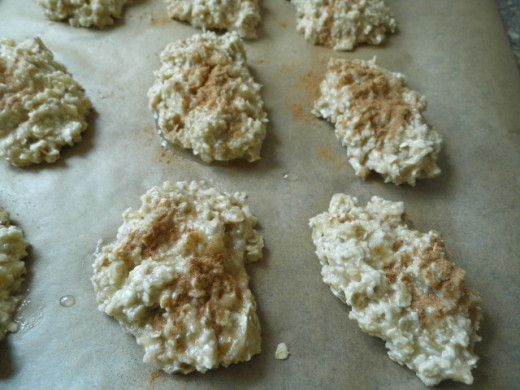 Cookies on the baking tray, sprinkled with cinnamon and ready to be baked