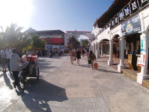 I took some photos while walking through Playa del Carmen on our way to the taxi. People were probably wondering why I was pointing a scuba mask!