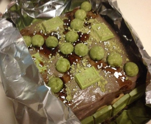 Sprinkle the green tea powder on top and decorate if desired. Freeze for 2 hours.
