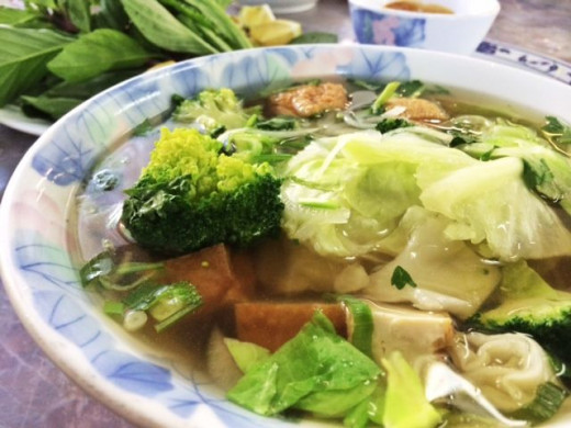 Chinatown also has a sizable Vietnamese community, resulting in a large number of Pho ( Vietnamese noodles ) restaurants.