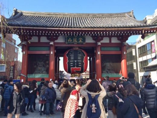 The first thing we encounter is Kaminari Mon ( Thunder Gate ), the symbol of Asakusa.