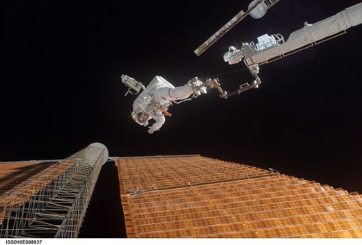 Scott Parazynski repairs a damaged ISS solar panel