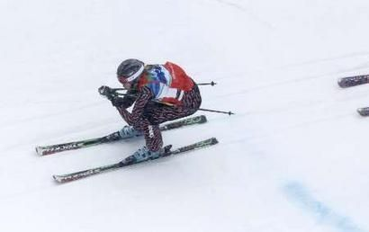 Ashleigh McIvor racing down the slopes with someone right on her heels.