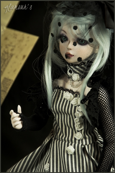 Dolfies are usually found cradled in a Lolita's arms or sitting on her shoulders, completing the creepy look.