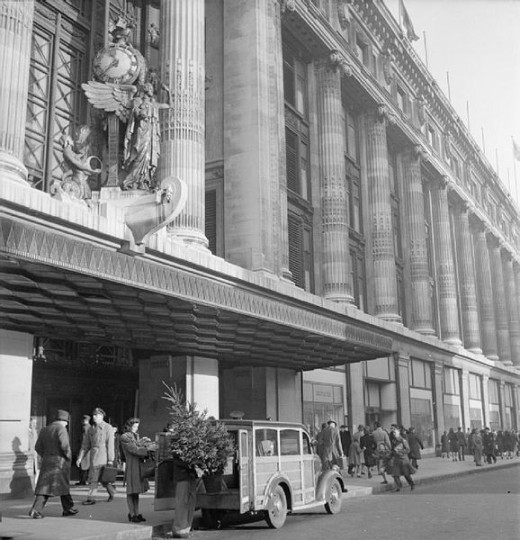 Loading Christmas tree outside Selfridges - Ministry of Information Second World War Official Collection