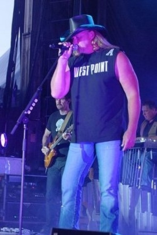 Trace entertains at Fort Stewart