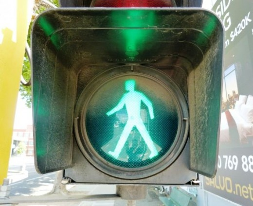 photo green man traffic light pedestrian crossing