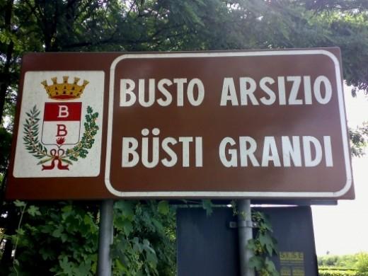 A bilingual road sign in Büsti Grandi (Busto Arsizio)