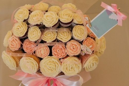 Here they've used both large & small sized cupcakes with beautiful ribbon intertwined throughout the Cupcake Bouquet...