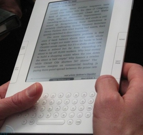 Reading with the Amazon Kindle 2 (credit: itechnews.net)