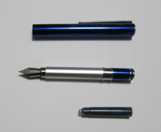 The pen's cap, body and cartridge ink separated.