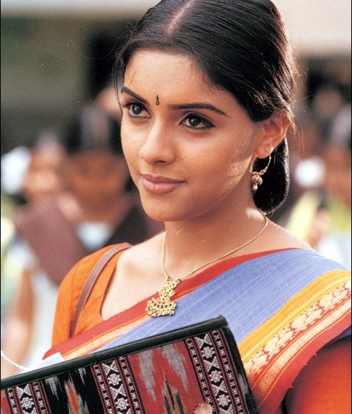 Asin is always cute....! Her first movie is Ullam Ketkume but M.Kumaran S/o Mahalakshmi released first...!