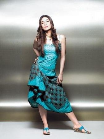 Hot Kareena Kapoor posing to the camera.
