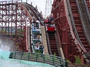 The 1927 Racer is the only continous track roller coaster in North America. A revers curve allows the trains to travel side by side throughout the entire ride without splitting apart. Each train returns to a different side of the station from where i