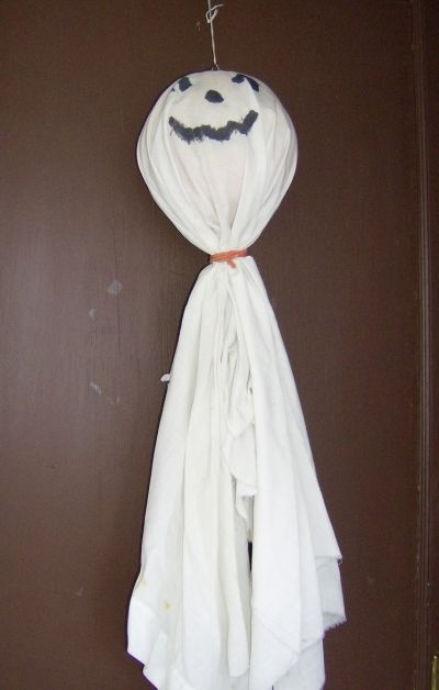 Let your kids create floating ghosts using old plastic round pails, sheets and rubber bands.
