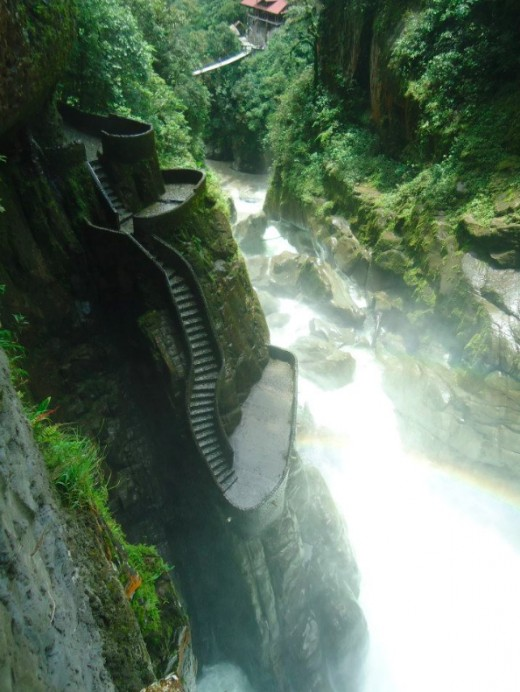 On the way to Puyo you can see many waterfall, on of the most spectacular is this one here: Pailon del Diablo.
