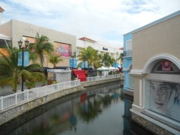 When the weather is cooler, shopping malls like La Isla get crowded.