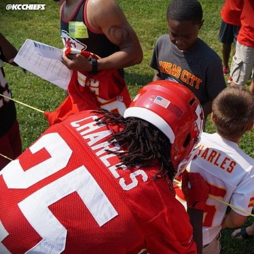 Jamaal signing autographs during practice