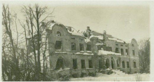 Lindes muiža, 1917-03. http://www.zudusilatvija.lv/objects/object/8315/  It was very near Kegums and probably the manor from which they came, although smaller at the time. The family Von Hahn owned it