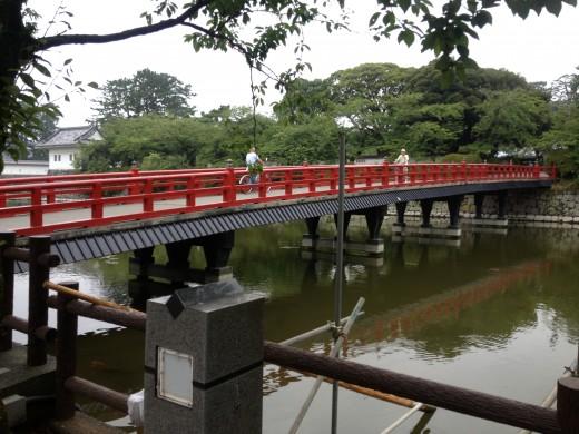 Arriving at Odawara Castle just before crossing the bridge.