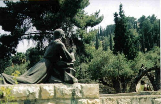 A statue of Jesus in the Garden of Gethsemane praying.
