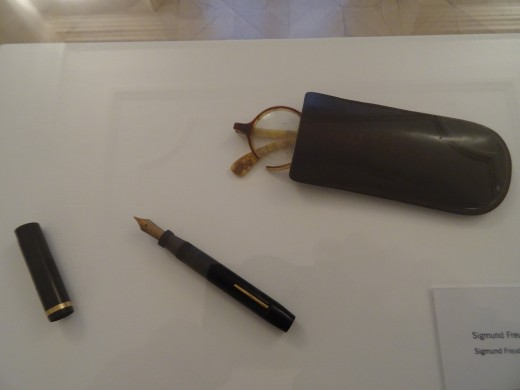 Freud's pen and glasses.
