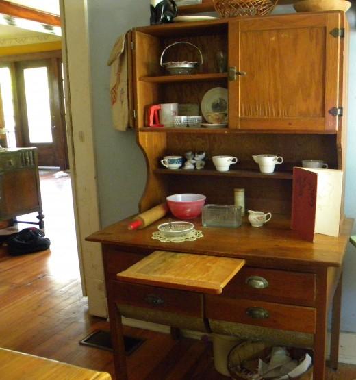 Kitchen Bakers Cabinet: Hoosier Cabinet