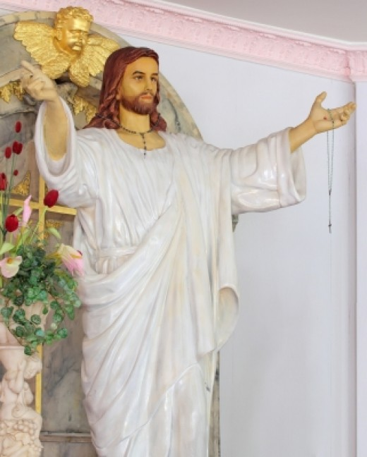 Religious Statue of Jesus with arms wide - Praise God!