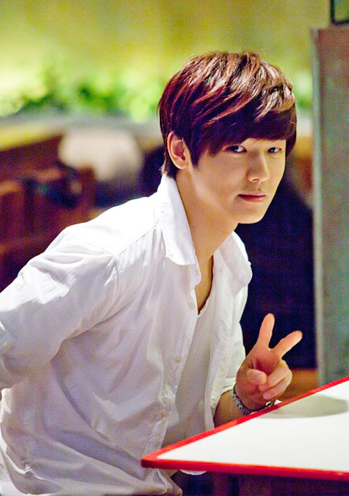 Kang Min-Hyuk: As Yoon Chan-Young besfriend of Cha Eun-Sang since they were kids. His a kind, warm hearted guy that cares for Cha Eun.