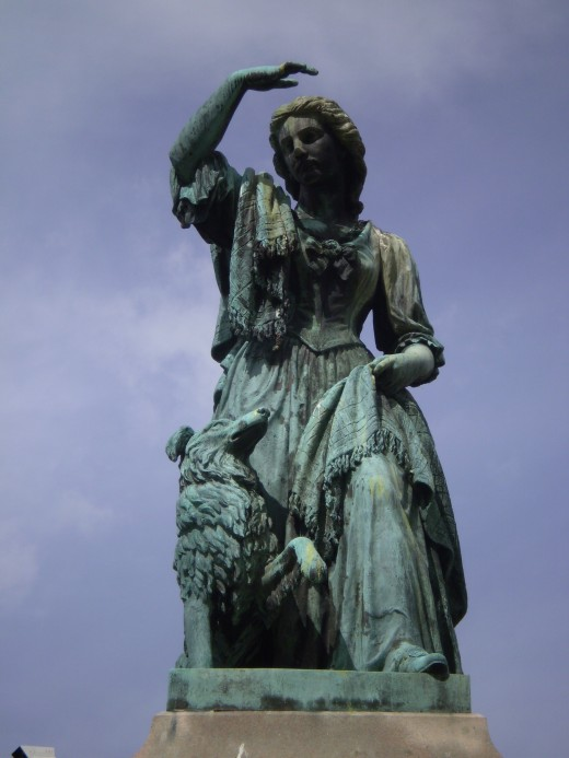 statue of Flora MacDonald outside the castle