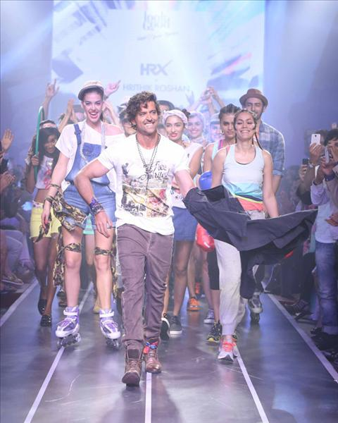 Bollywood celebs Hrithik Roshan, Kalki Koechlin, Cyrus Broacha and Lisa Haydon walked the ramp at the Myntra Fashion Weekend 2014. FOR MORE BOLLYWOOD LATEST NEWS ON MOBLIE CLICK : http://m.biscoot.com