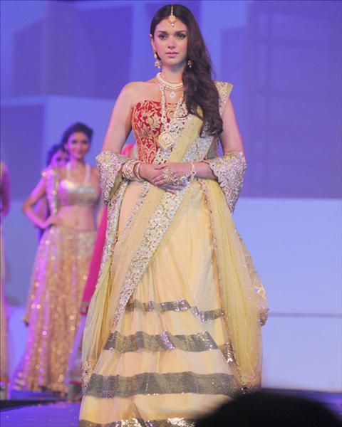 Bullion Summit Fashion show 2014. Bollywood beauty Shraddha Kapoor walked the ramp in an Archana Kochhar traditional attire at Bullion Summit Fashion Show.