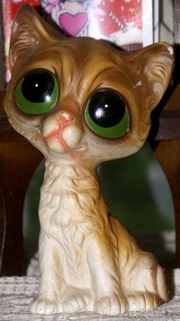 """A take off of the """"pity kitties"""" created by unknown artist, Gig, this adorable statue was created in the '70s."""