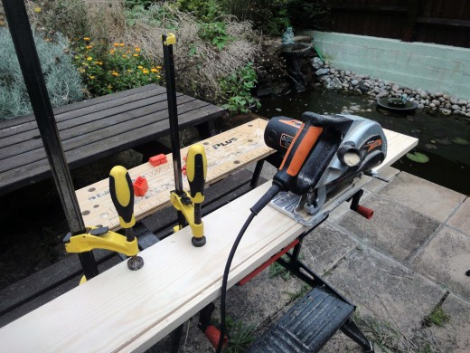 Cutting wood with a circular saw