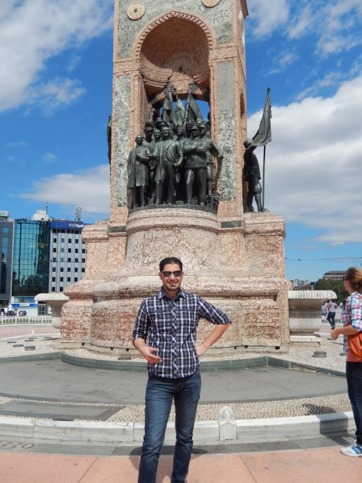 A tourist enjoying the statue, Monument of the Republic.