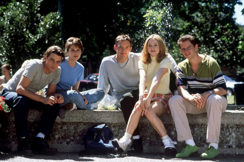 From left to right; Billy Loomis (Skeet Ulrich), Sidney Prescott (Neve Campbell), Stu Macher (Matthew Lilliard), Tatum Riley (Rose McGowne) and Randy Meeks (Jamie Kennedy)