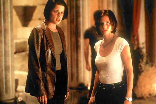 Sidney Prescott (Neve Campbell) and Gale Weathers (Courtney Cox)