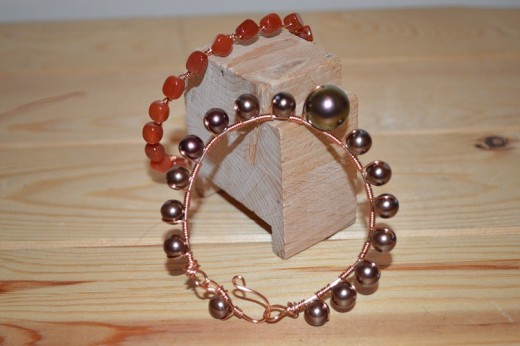 Remember you can change the look of this bracelet by using different beads, or different colour wire. I used little cuboid/rectangular beads in this alternative design, and they naturally sat diagonally over the frame which looked very pretty