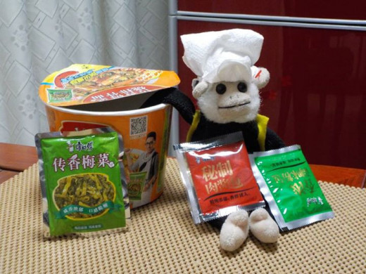 Mooch demonstrating which Chinese instant noodles are best.