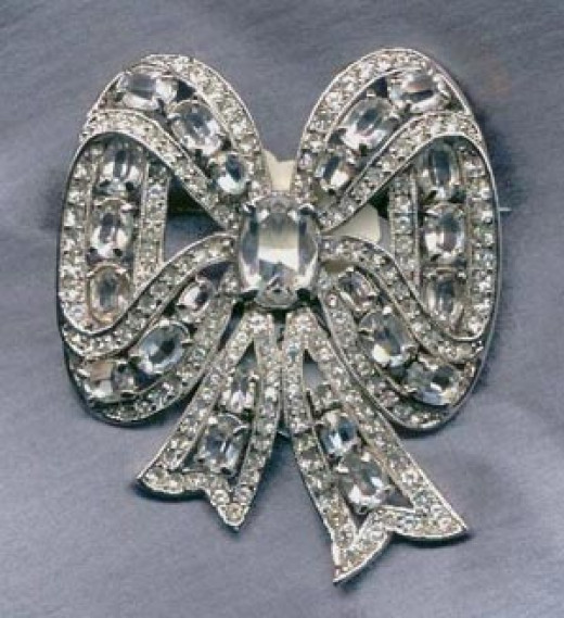 Exquisite example of Eisenberg Jewelry with a classic bow pin done exuberently as is characteristic of Eisenberg