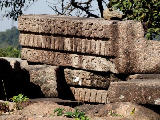 Bamuni Hills ruins : stone pillars