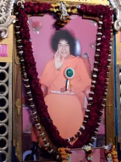 """La Conferencia en Odisha comenzó después de fijar el broche """"invitado principal"""" a una imagen de Bhagavan Sri Sathya Sai Baba.  Me pareció muy sutil y hermoso."""