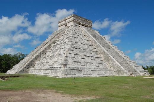 El Castillo o templo de Kukulkan. Chichén Itzá, México by Manuel de Corselas